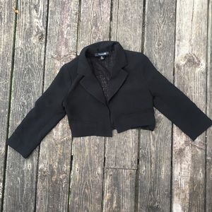 Short black blazer with 3/4 sleeves